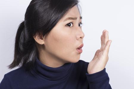 ヘルスケア: 女性彼女の手で彼女の息をチェック