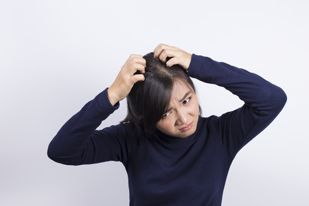 Cuidado de la Salud: Mujer rascarse la cabeza Foto de archivo - 51506101