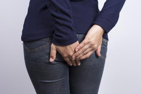 diarrea: La mujer tiene diarrea sosteniendo a su tope