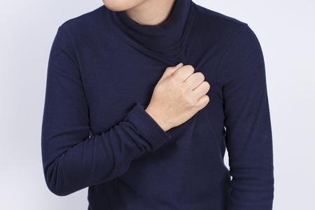 dolor de pecho: Cuidado de la Salud: La mujer tiene dolor en el pecho