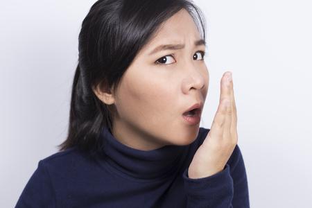 olfato: Cuidado de la Salud: Mujer que controla la respiraci�n con la mano Foto de archivo
