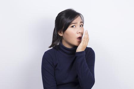 Soins de santé: Femme vérifiant son souffle avec sa main