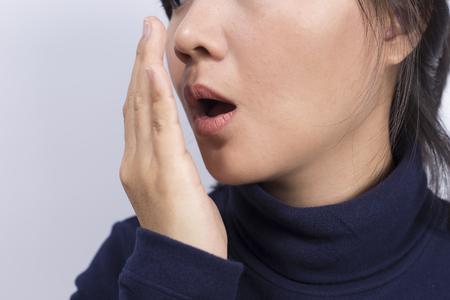 olfato: Cuidado de la Salud: Mujer que controla la respiración con la mano Foto de archivo