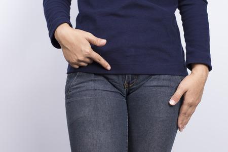 pis: Mujer con las manos apuntando hacia su entrepierna