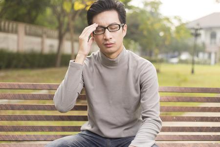 viso uomo: L'uomo ha mal di testa al parco