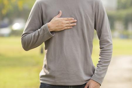 �cido: Hombre que sufre de reflujo �cido en el parque