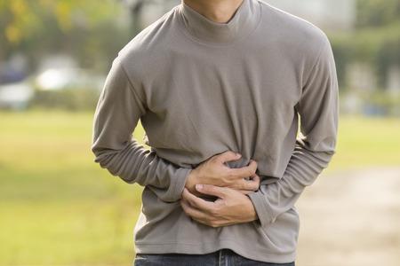 L'homme a mal à l'estomac