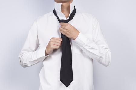 Geschäftsmann Anpassung seiner Krawatte