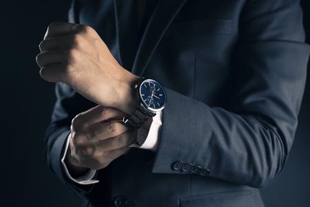 Biznesmen sprawdzanie czas z zegarkiem Zdjęcie Seryjne