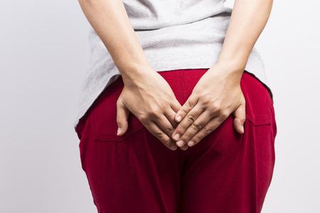 diarrea: La mujer tiene diarrea y sosteniendo a su tope