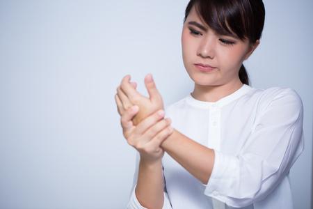여자는 손의 통증이 스톡 콘텐츠