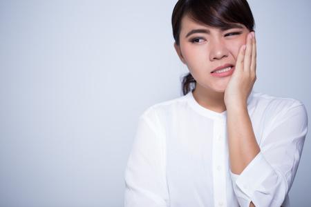 De vrouw heeft tandpijn coppy ruimte