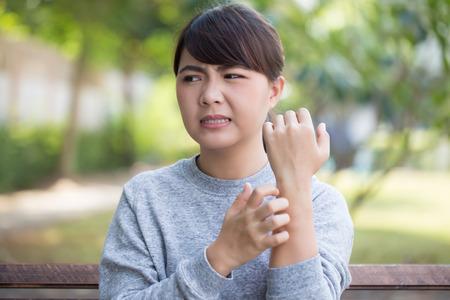 Frau kratzen ihre Haut Standard-Bild - 69281390