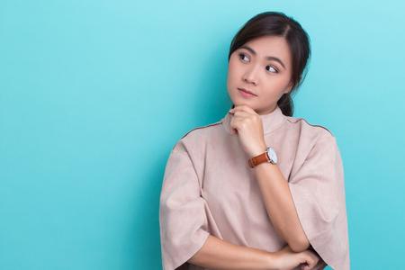 孤立した背景に考えるアジアの女