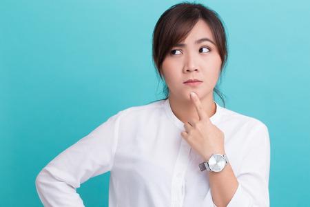 Asiatische Frau auf isolierte Hintergrund denken Standard-Bild - 71387469