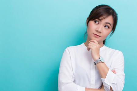 격리 된 배경에 생각 아시아 여자
