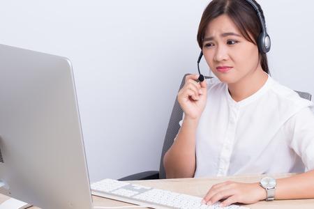 コール センターで働く女性は、彼女は退屈な感じ 写真素材