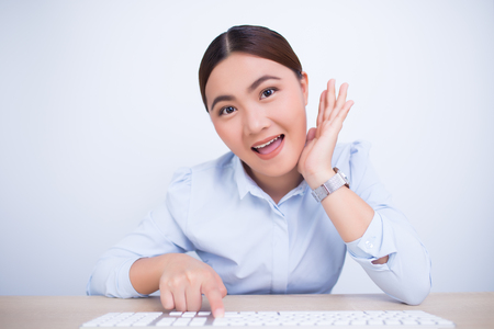 Mujer asiática mostrar su sonrisa en la oficina