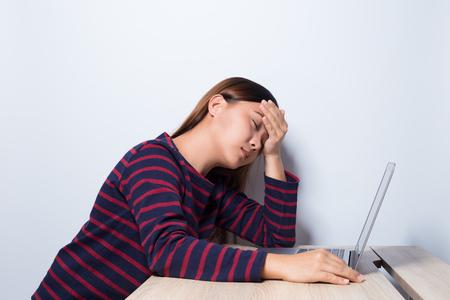 女性は、オフィスで仮眠を取る 写真素材