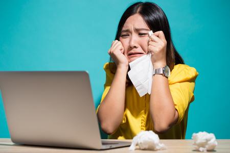 Frau so traurig, wenn sie Laptop betrachtet Standard-Bild - 100111845