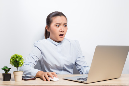 Woman has shock when she look at laptop Banque d'images