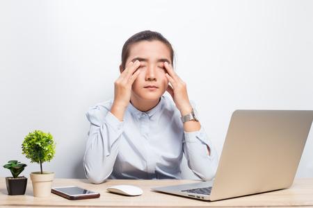 Frau hat Augenschmerzen Standard-Bild - 101724283