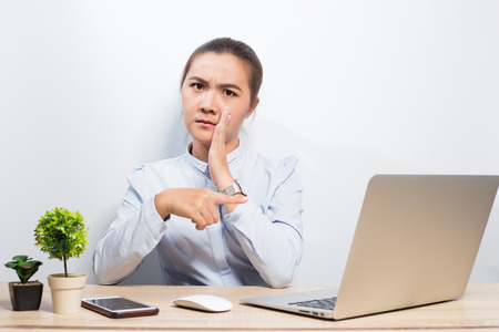 Frauenklatsch, wenn sie Laptop betrachtet Standard-Bild