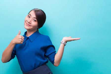 Donna asiatica che mostra gesto su sfondo isolato