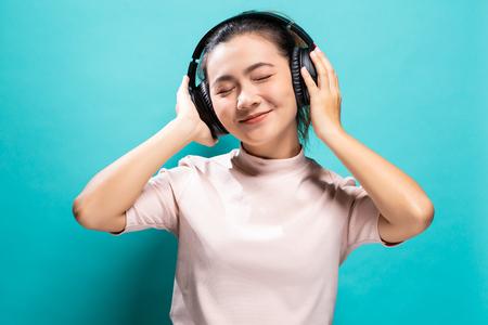 Mujer feliz bailando y escuchando música
