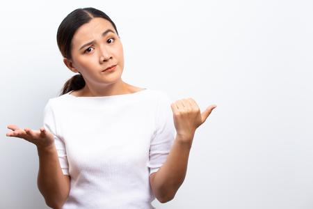 Mujer enojada que se encuentran aisladas sobre blanco