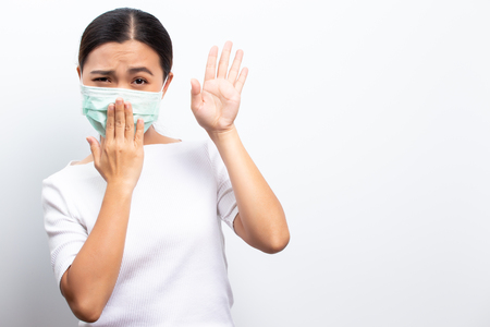 Asiatische Frauen tragen über Weiß isolierte Schutzmasken