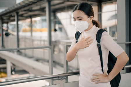 Mujer que llevaba la máscara N95