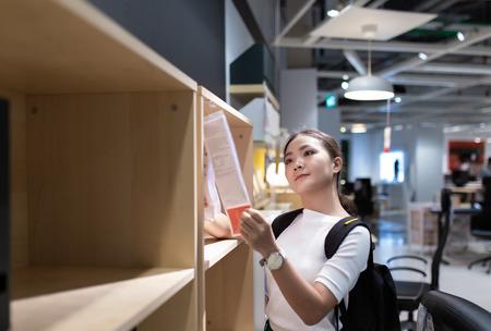 Femme faisant ses courses et choisissez la décoration pour le bureau à domicile