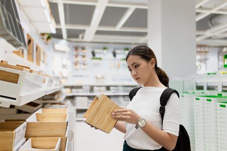 Frau beim Einkaufen und wählen Sie das Dekorative für das Homeoffice Standard-Bild