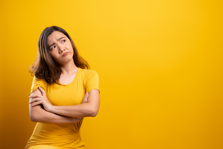 Woman feel confused isolated over yellow background Stockfoto