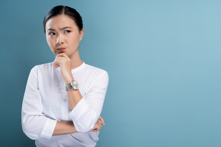 Woman feel confused isolated over blue background Imagens - 122044244