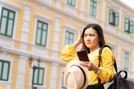 Woman traveler lost in the city used smart phone for searching location Foto de archivo