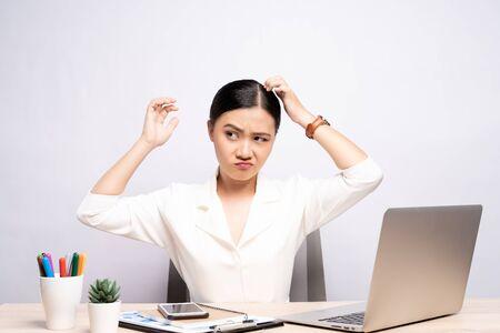 Donna che si gratta la testa in ufficio isolato sfondo bianco