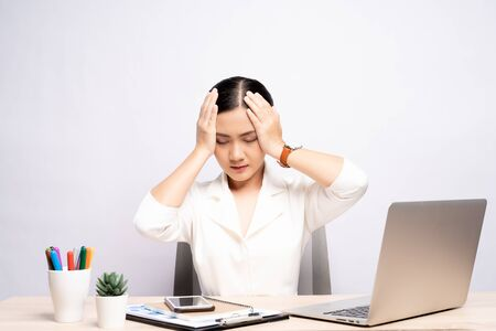 La mujer tiene dolor de cabeza en la oficina aislada sobre fondo blanco.