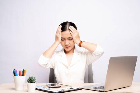 Vrouw heeft hoofdpijn op kantoor geïsoleerd op witte achtergrond