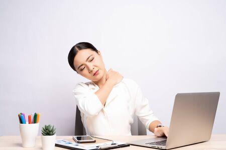 La mujer tiene dolor corporal aislado sobre fondo blanco: concepto de síndrome de oficina Foto de archivo