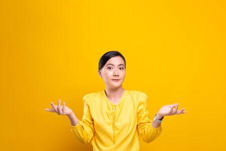 La mujer se siente confundida aislada sobre fondo amarillo
