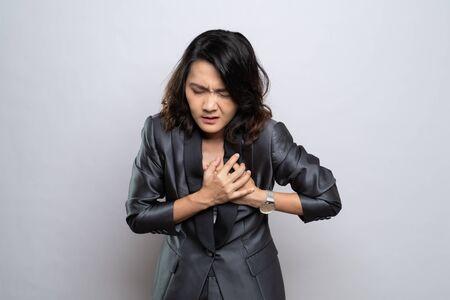 Geschäftsfrau hat Brustschmerzen isoliert auf weißem Hintergrund