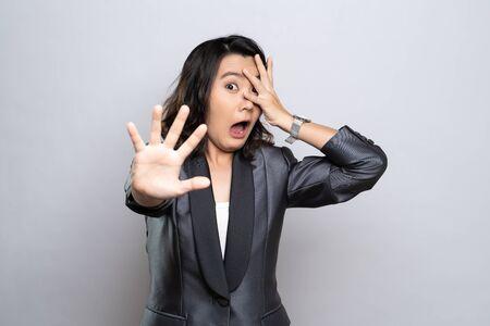 Femme a peur debout isolé sur fond blanc Banque d'images