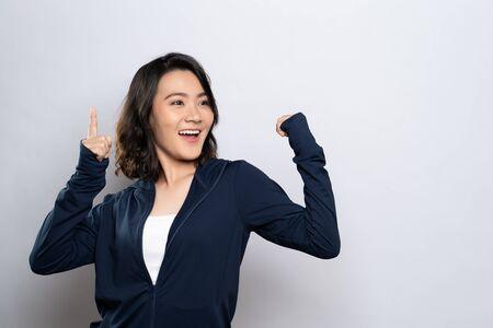 Porträt einer gesunden Frau präsentiert den Kopienraum isoliert auf weißem Hintergrund Standard-Bild