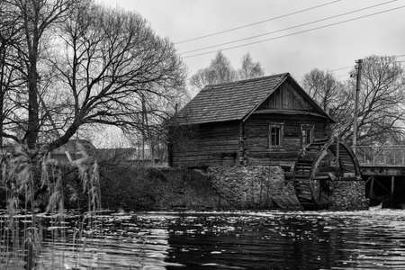 molino de agua: molino de agua antiguo. Foto de archivo