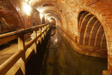aguas residuales: Sistema subterráneo de residuos viejo