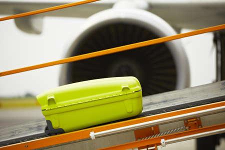 cinta transportadora: El equipaje en la cinta transportadora para el avión.