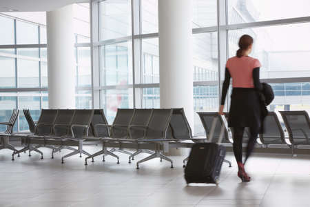 mujer con maleta: Sala de espera en el aeropuerto