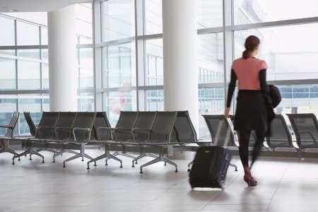 femme valise: Salle d'attente � l'a�roport
